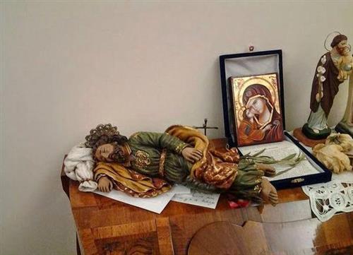 ĐGH Phanxicô giữ bức tượng Thánh Giuse trong phòng của ngài